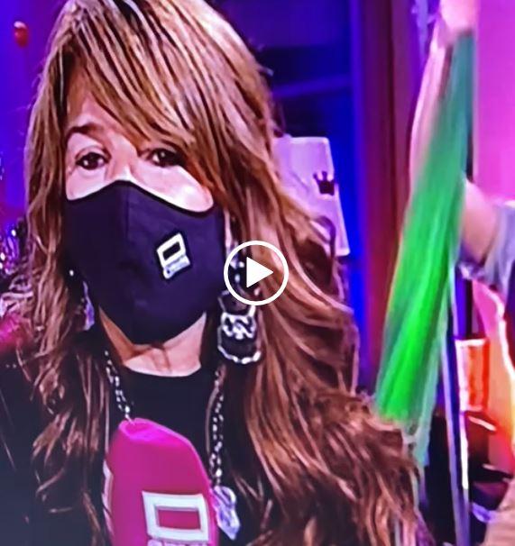 La presentadora de televisión Amparo, lleva pendientes de ANABI en el programa especial de Navidad 2020