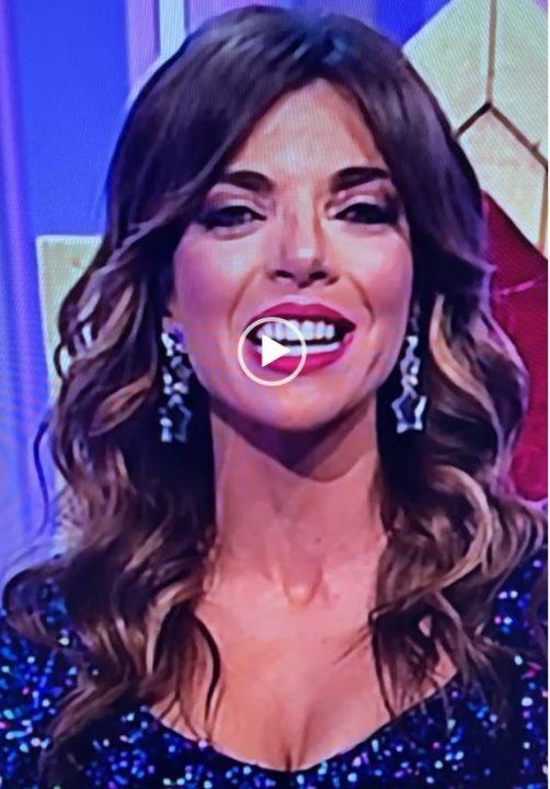 La presentadora de televisión ANCHA ES CASTILLA LA MANCHA con pendientes ANABI - navidad 2020