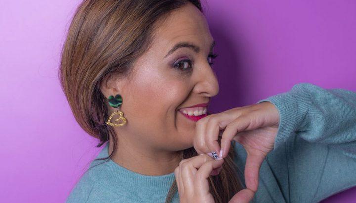 ANABI con los pendientes LOVE-mini de la colección Los Mini